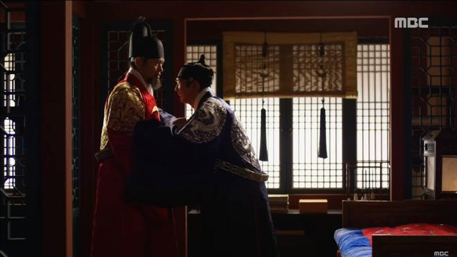 Mặt nạ quân chủ tập 3: Kim So Hyun đau đớn nhìn người yêu chém đầu cha mình - Ảnh 3.