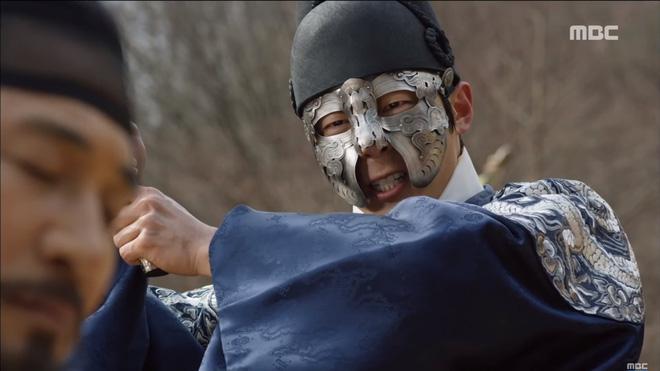 Mặt nạ quân chủ tập 3: Kim So Hyun đau đớn nhìn người yêu chém đầu cha mình - Ảnh 7.