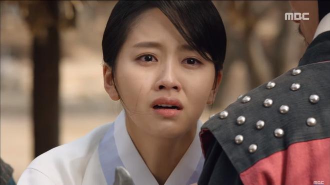 Mặt nạ quân chủ tập 3: Kim So Hyun đau đớn nhìn người yêu chém đầu cha mình - Ảnh 6.