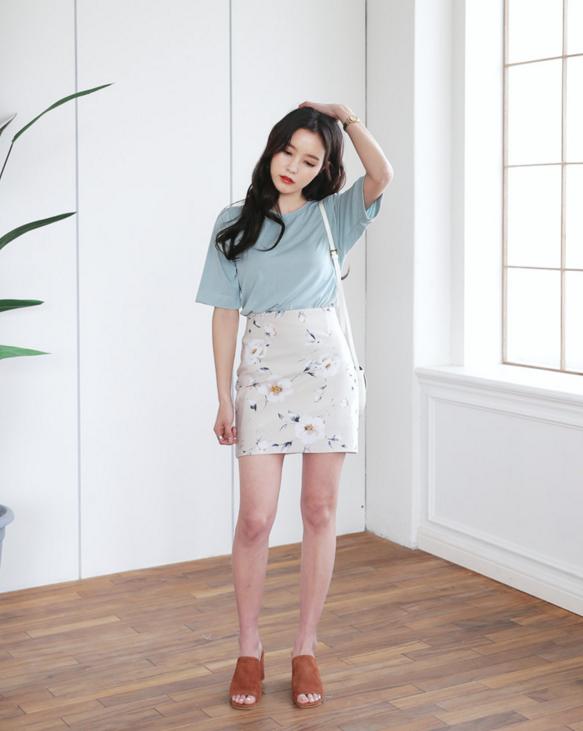 Thử kết hợp chân váy cùng áo phông: tưởng không hợp mà hợp không tưởng - Ảnh 6.