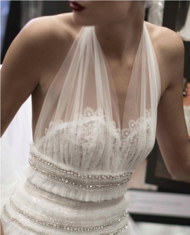 Xu hướng váy cưới Xuân/Hè 2018: Tinh xảo, yêu kiều trong từng chi tiết thêu ren, đính kết - Ảnh 12.