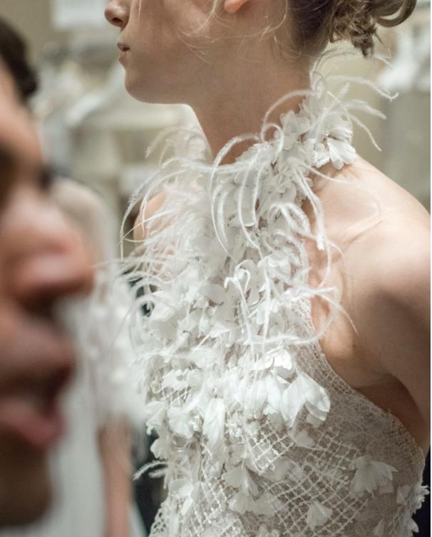 Xu hướng váy cưới Xuân/Hè 2018: Tinh xảo, yêu kiều trong từng chi tiết thêu ren, đính kết - Ảnh 21.