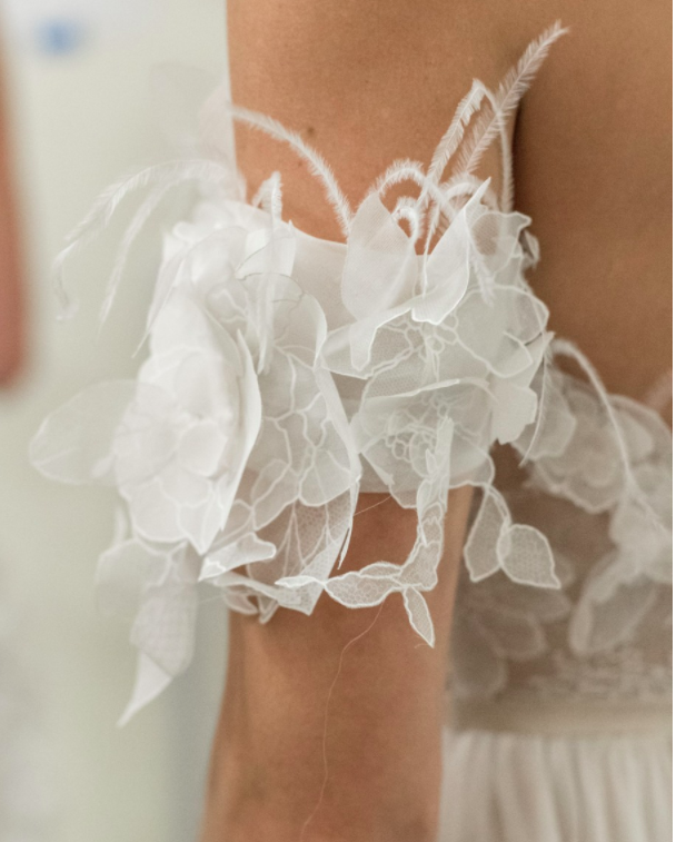 Xu hướng váy cưới Xuân/Hè 2018: Tinh xảo, yêu kiều trong từng chi tiết thêu ren, đính kết - Ảnh 24.