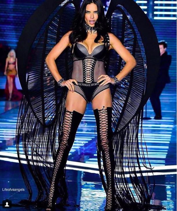 Giờ G đã điểm, Victorias Secret show 2017 chính thức diễn ra với những màn trình diễn nóng bỏng của các thiên thần - Ảnh 11.