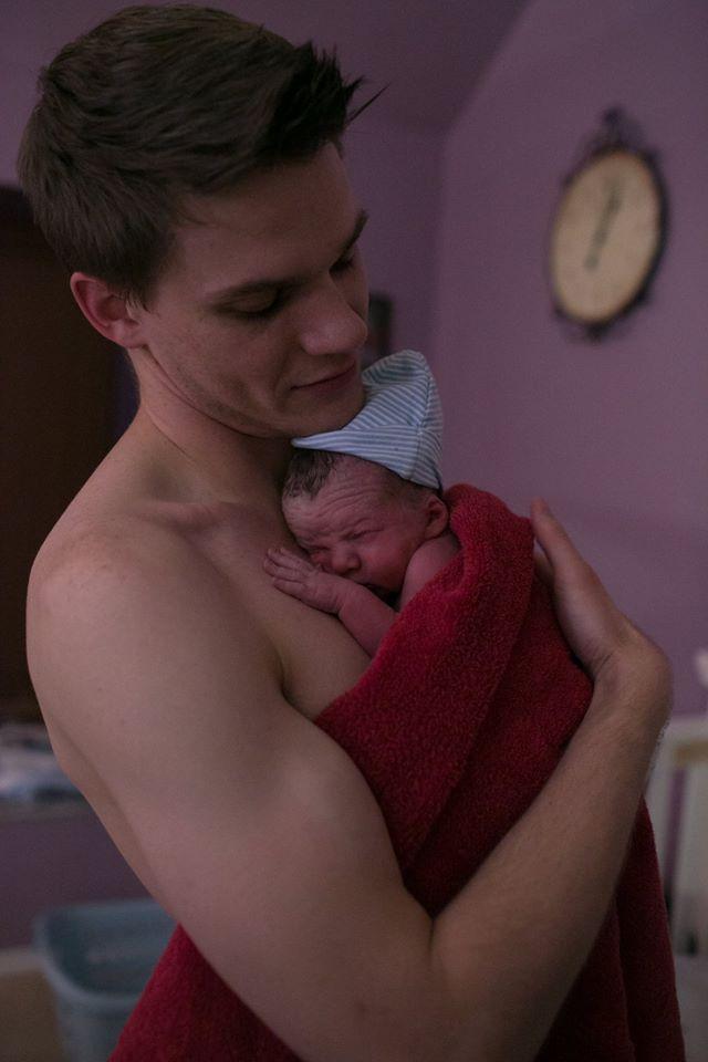 Bộ ảnh bà mẹ mang thai đôi sinh con tại nhà đẹp đến từng khoảnh khắc - Ảnh 28.