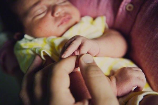Sau khi sinh, vợ làm tôi choáng váng vì cách chăm con của cô ấy - Ảnh 1.