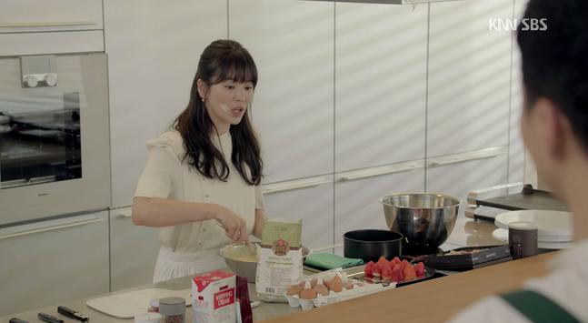 Khác với hình ảnh nấu ăn hậu đậu thể hiện trong các bộ phim, thực tế là Song Hye Kyo nấu ăn khá tốt.
