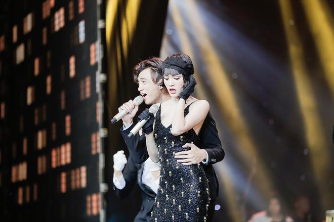 Lộ clip Búp bê Hiền Hồ The Voice ôm eo tình tứ cùng Soobin Hoàng Sơn tại rạp phim - Ảnh 4.