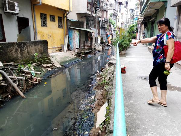 Chùm ảnh: Người dân sống cạnh ao tù, kênh rạch lo lắng khi sốt xuất huyết tăng nhanh ở Hà Nội - Ảnh 6.