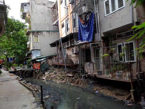 Chùm ảnh: Người dân sống cạnh ao tù, kênh rạch lo lắng khi sốt xuất huyết tăng nhanh ở Hà Nội - Ảnh 9.