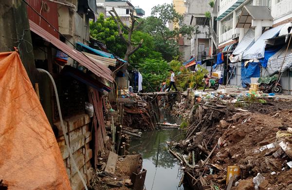Chùm ảnh: Người dân sống cạnh ao tù, kênh rạch lo lắng khi sốt xuất huyết tăng nhanh ở Hà Nội - Ảnh 5.