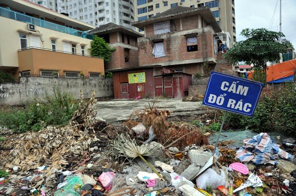 Chùm ảnh: Người dân sống cạnh ao tù, kênh rạch lo lắng khi sốt xuất huyết tăng nhanh ở Hà Nội - Ảnh 4.