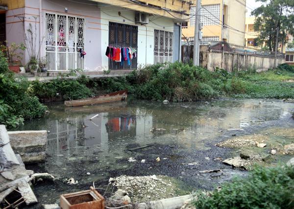 Chùm ảnh: Người dân sống cạnh ao tù, kênh rạch lo lắng khi sốt xuất huyết tăng nhanh ở Hà Nội - Ảnh 17.