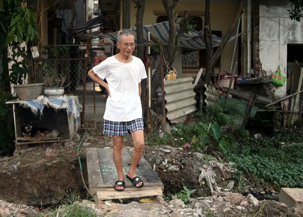 Chùm ảnh: Người dân sống cạnh ao tù, kênh rạch lo lắng khi sốt xuất huyết tăng nhanh ở Hà Nội - Ảnh 15.