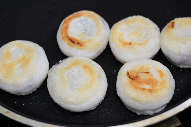 Cách làm bánh rán đậu đỏ siêu đơn giản mà lại ngon không tưởng ảnh 6
