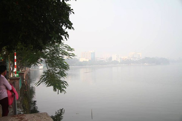 Sương mù dày đặc bao trùm toàn bộ TP Hà Nội, các phương tiện phải bật đèn chiếu sáng tránh va chạm - Ảnh 8.