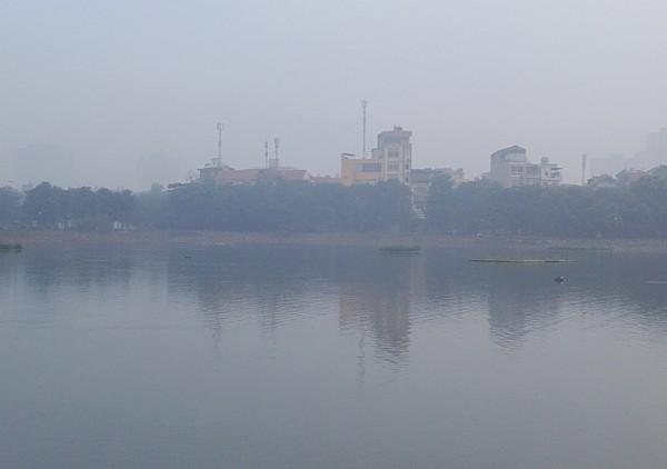 Sương mù dày đặc bao trùm toàn bộ TP Hà Nội, các phương tiện phải bật đèn chiếu sáng tránh va chạm - Ảnh 9.