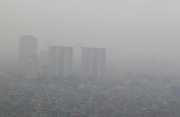Sương mù dày đặc bao trùm toàn bộ TP Hà Nội, các phương tiện phải bật đèn chiếu sáng tránh va chạm - Ảnh 3.