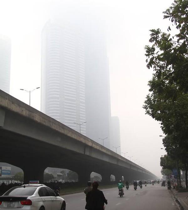 Sương mù dày đặc bao trùm toàn bộ TP Hà Nội, các phương tiện phải bật đèn chiếu sáng tránh va chạm - Ảnh 5.