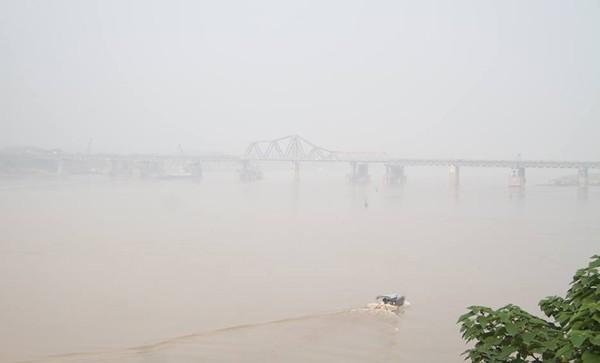 Sương mù dày đặc bao trùm toàn bộ TP Hà Nội, các phương tiện phải bật đèn chiếu sáng tránh va chạm - Ảnh 11.