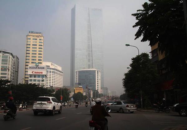 Sương mù dày đặc bao trùm toàn bộ TP Hà Nội, các phương tiện phải bật đèn chiếu sáng tránh va chạm - Ảnh 6.