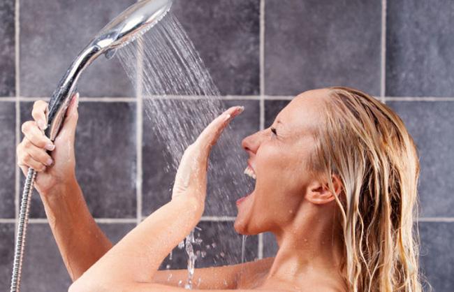 Đừng đùa: Những thói quen tắm vào mùa hè này dễ khiến bạn bị đột quỵ, mất mạng như chơi - Ảnh 1.