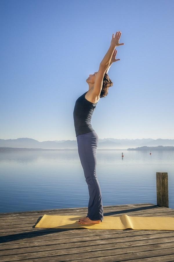 Căng thẳng kéo dài, hãy tập ngay những tư thế yoga này để bạn không còn mệt mỏi và luôn tươi tắn - Ảnh 1.