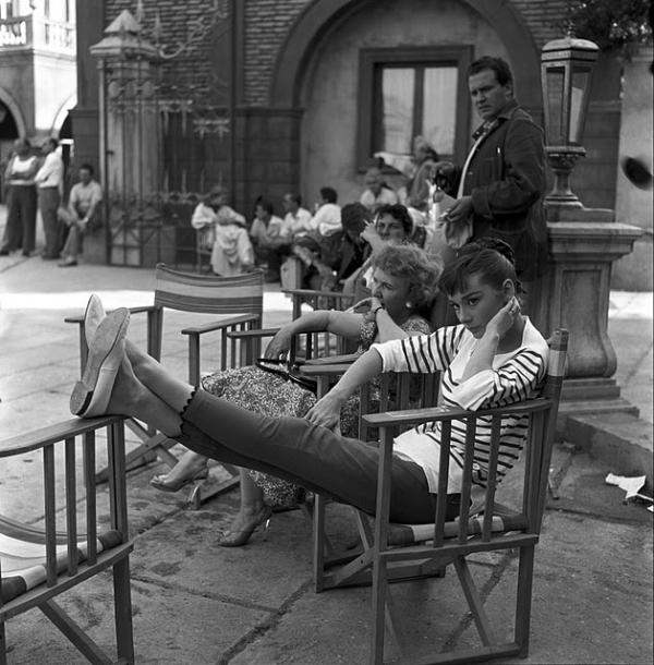 Đến Audrey Hepburn - biểu tượng thời trang bất hủ mọi thời đại, cũng trung thành với giày bệt xinh xắn - Ảnh 5.