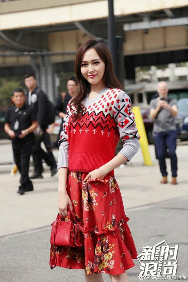 Jessica diện áo trắng quần đen đơn giản nhưng vẫn nổi bật tại Tuần lễ thời trang New York  - Ảnh 12.