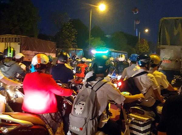 Hà Nội: Đường Đỗ Đức Dục tắc nghẽn hơn 2h, ô tô xe máy chôn chân tại chỗ - Ảnh 1.