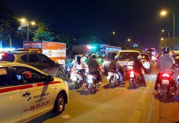 Hà Nội: Đường Đỗ Đức Dục tắc nghẽn hơn 2h, ô tô xe máy chôn chân tại chỗ - Ảnh 2.