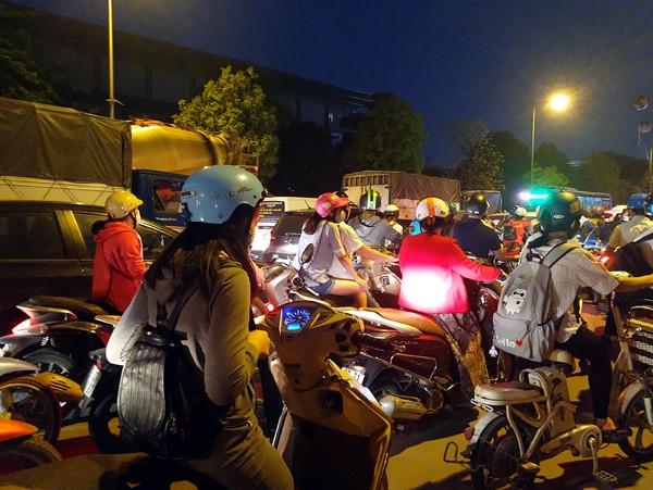 Hà Nội: Đường Đỗ Đức Dục tắc nghẽn hơn 2h, ô tô xe máy chôn chân tại chỗ - Ảnh 3.