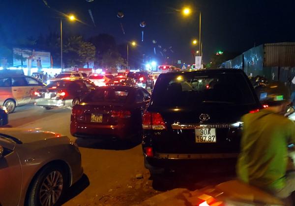 Hà Nội: Đường Đỗ Đức Dục tắc nghẽn hơn 2h, ô tô xe máy chôn chân tại chỗ - Ảnh 4.