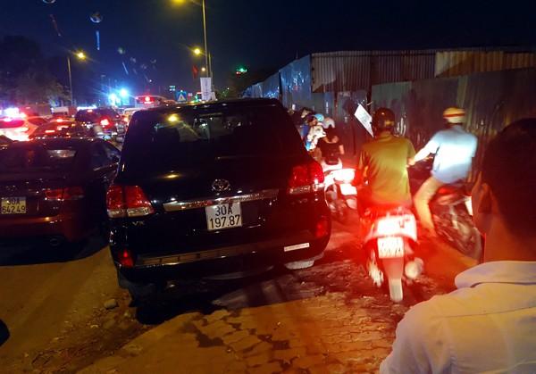 Hà Nội: Đường Đỗ Đức Dục tắc nghẽn hơn 2h, ô tô xe máy chôn chân tại chỗ - Ảnh 5.