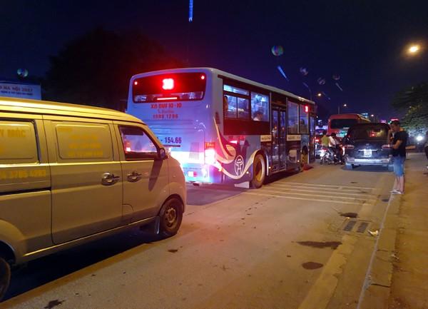 Hà Nội: Đường Đỗ Đức Dục tắc nghẽn hơn 2h, ô tô xe máy chôn chân tại chỗ - Ảnh 7.