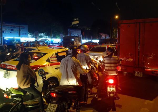 Hà Nội: Đường Đỗ Đức Dục tắc nghẽn hơn 2h, ô tô xe máy chôn chân tại chỗ - Ảnh 8.