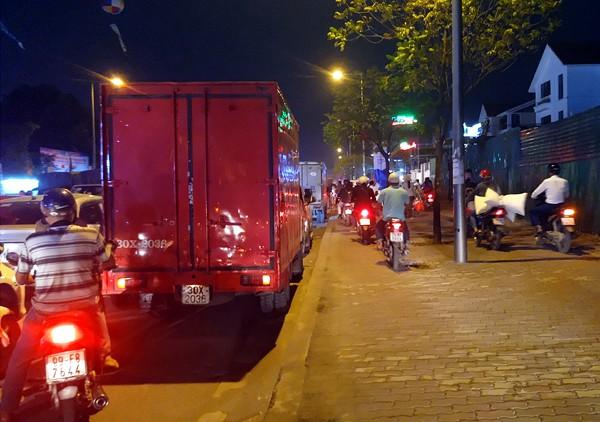 Hà Nội: Đường Đỗ Đức Dục tắc nghẽn hơn 2h, ô tô xe máy chôn chân tại chỗ - Ảnh 9.