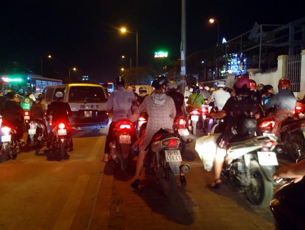 Hà Nội: Đường Đỗ Đức Dục tắc nghẽn hơn 2h, ô tô xe máy chôn chân tại chỗ - Ảnh 10.