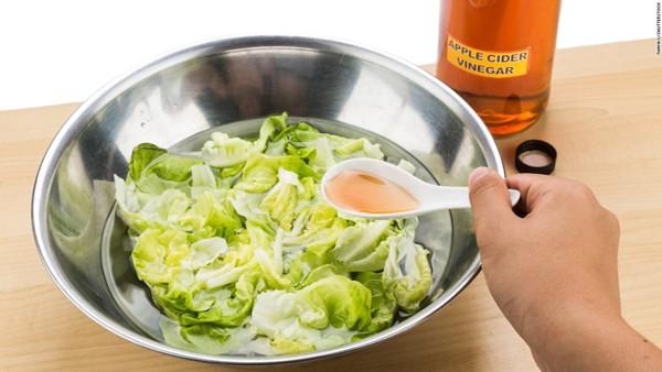 Không chỉ thêm chua, giấm còn có vô số công dụng đắt giá trong nấu nướng mà bạn nên biết - Ảnh 2.