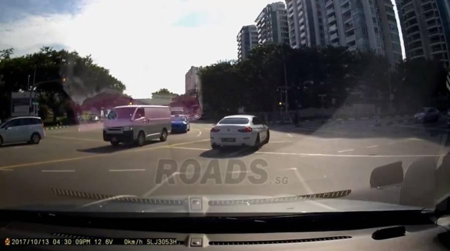 Bí ẩn chiếc ô tô từ trên trời rơi xuống gây tai nạn trên đường phố - Ảnh 2.