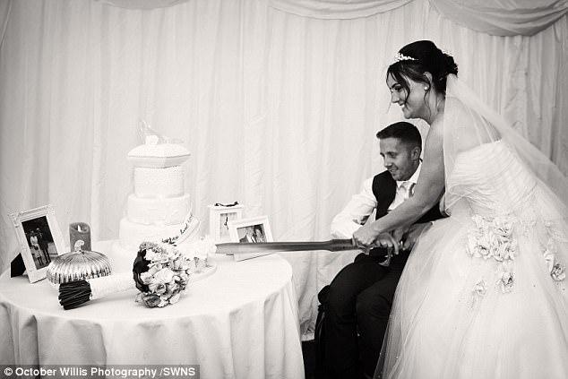 Chú rể bất ngờ liệt nửa người trước hôn lễ, 1 năm sau, cặp đôi cùng làm một việc khiến ai nấy ngỡ ngàng - Ảnh 10.