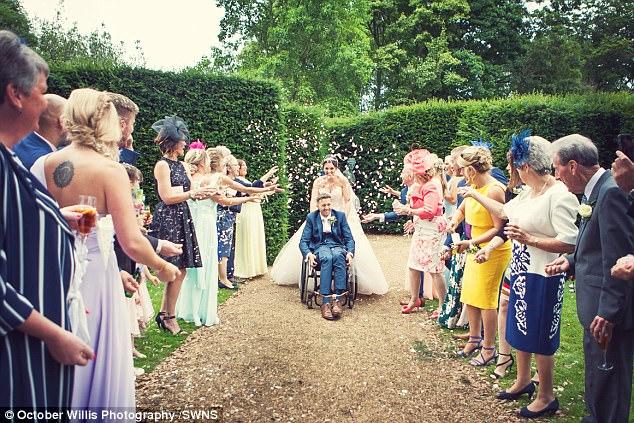 Chú rể bất ngờ liệt nửa người trước hôn lễ, 1 năm sau, cặp đôi cùng làm một việc khiến ai nấy ngỡ ngàng - Ảnh 9.