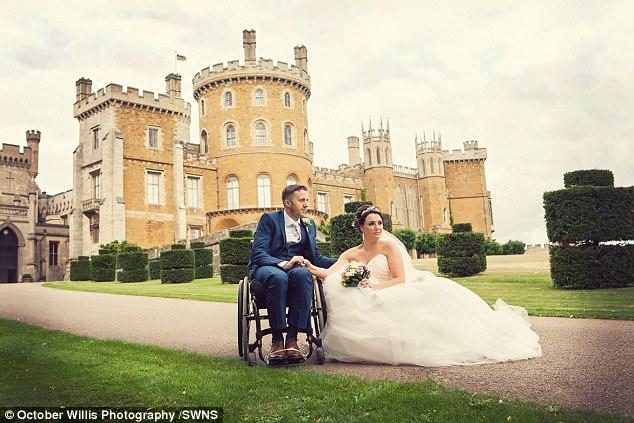 Chú rể bất ngờ liệt nửa người trước hôn lễ, 1 năm sau, cặp đôi cùng làm một việc khiến ai nấy ngỡ ngàng - Ảnh 11.
