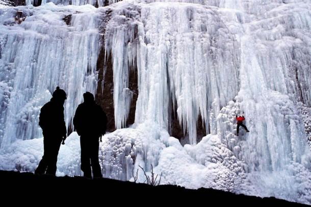 Những thác nước đóng băng đẹp hiếm thấy trên thế giới - Ảnh 10.