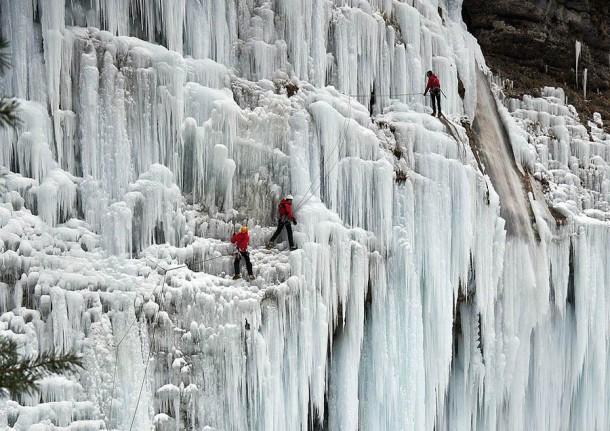 Những thác nước đóng băng đẹp hiếm thấy trên thế giới - Ảnh 13.