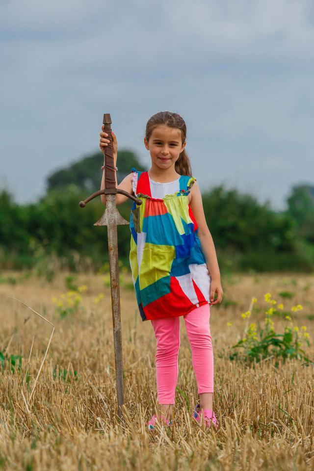 Tưởng thanh sắt rỉ dưới hồ nước, bé gái không ngờ mình nhặt được thanh gươm huyền thoại - Ảnh 2.