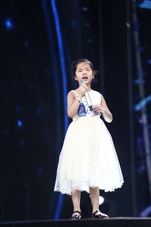 Ai cũng sẽ rớt nước mắt khi xem bé khiếm thị Minh Hiền hát Gặp mẹ trong mơ - Ảnh 7.