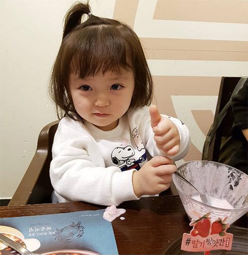 Bé gái 3 tuổi xinh xắn đốn tim hàng trăm nghìn cư dân mạng - Ảnh 21.