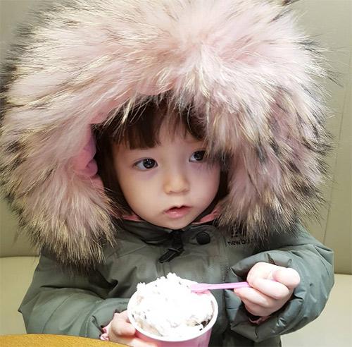 Bé gái 3 tuổi xinh xắn đốn tim hàng trăm nghìn cư dân mạng - Ảnh 23.