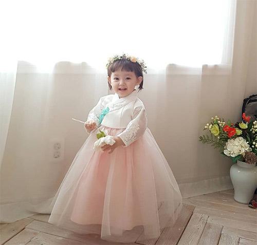 Bé gái 3 tuổi xinh xắn đốn tim hàng trăm nghìn cư dân mạng - Ảnh 26.